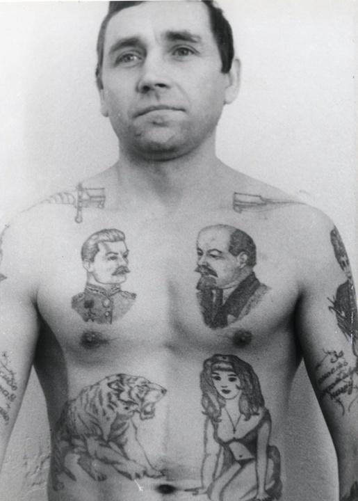 Tatouage dague transperçant le cou prisonniers russes
