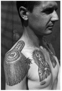 tatouage-prisonnier-epaulettes